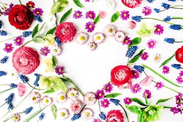 Herz aus rosen, blütenblättern und knospen