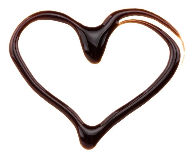 Herz aus schokoladensirup, isoliert auf weiss.