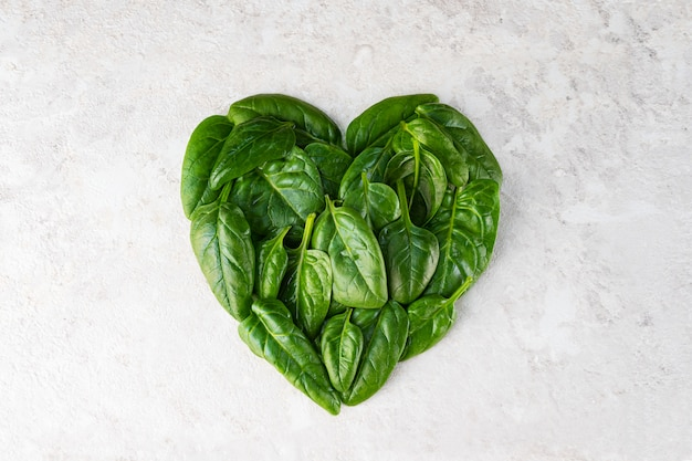 Herz aus spinatblättern.
