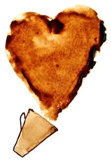 Herz aus verschüttetem kaffee auf weißem hintergrund