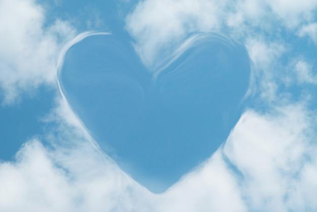 Herz aus wolken kann als hintergrund verwendet werden