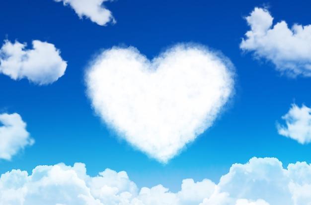 Herz aus wolken symbol der liebe am blauen himmel.
