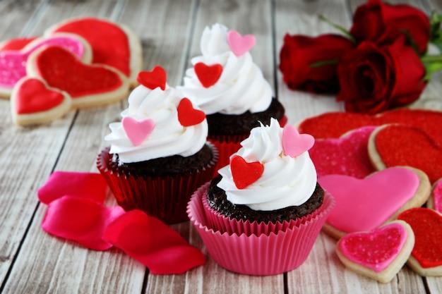 Herz cupcakes mit schlagsahne