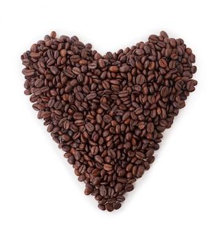 Herz der kaffeebohnen auf einem weißen hintergrund