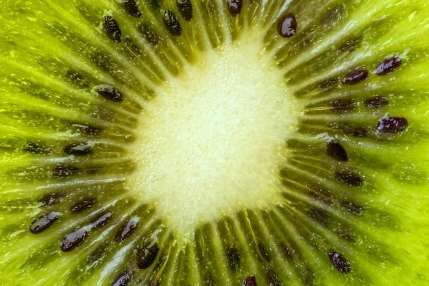 Herz der kiwi mit samennahaufnahme in einem schnitt.