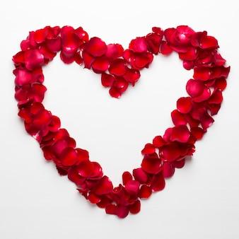 Herz der rosen auf dem weißen hintergrund. valentinstag grußkarte.