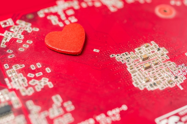 Herz des computers, festplatte und taschentuch mit herz rot