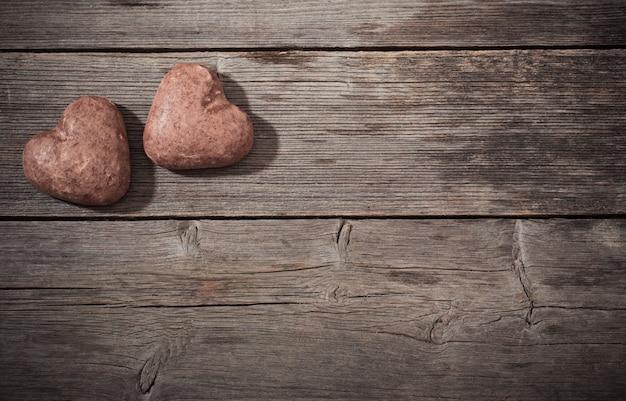 Herz des kekses auf hölzernem hintergrund