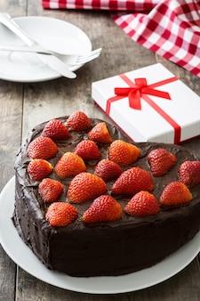 Herz formte kuchen für valentinstag oder muttertag auf hölzernem hintergrund