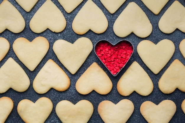 Herz formte plätzchen für den valentinstag auf dunklem hintergrund