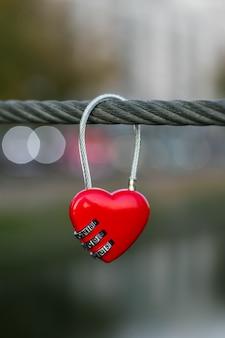 Herz formte verschluss an auf seil auf städtischem straßenhintergrund.