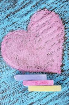 Herz gezeichnet von kreiden auf holz