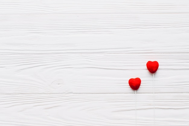 Herz haftet auf weißem hintergrund