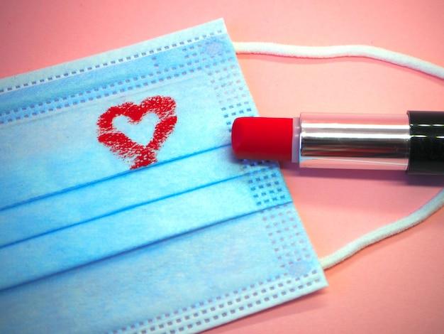 Herz in einer maske mit lippenstift gemacht