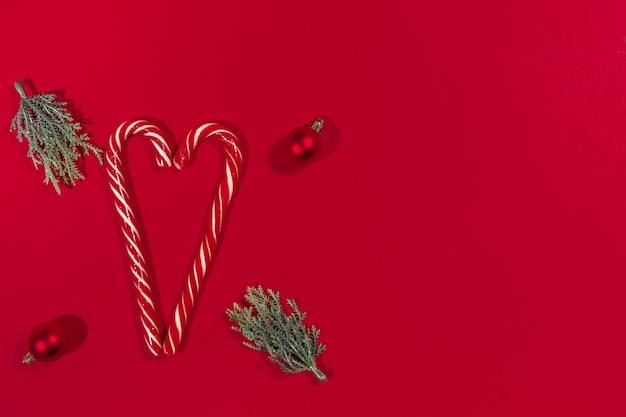 Herz in form von liebeszuckerstange, weihnachtsbaum, kugeln. weihnachtsverkaufs- und rabattbannerkonzept