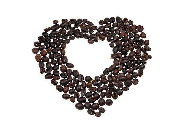 Herz mit kaffeebohnen ausgekleidet.