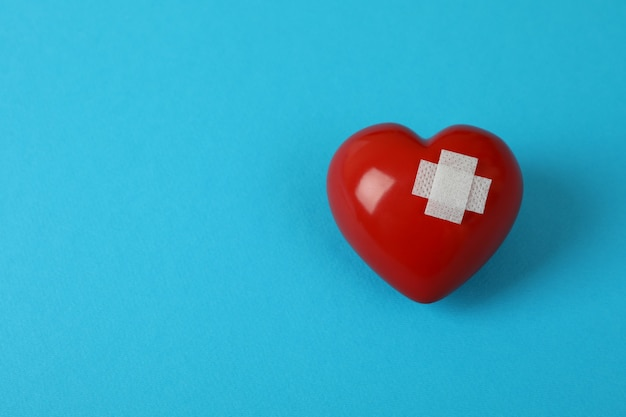 Herz mit patch auf blauem hintergrund, platz für text