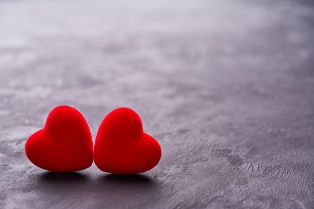 Herz mit zwei rottönen auf schwarzem hintergrund
