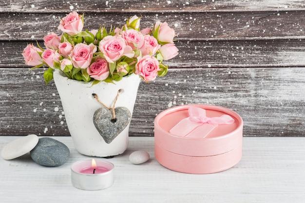 Herz, rosa rosen im konkreten topf mit kerzen