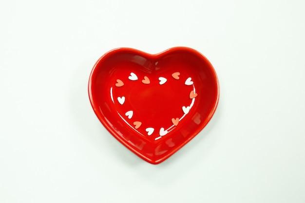 Herz rote platte auf weißem hintergrund draufsicht nahaufnahme.
