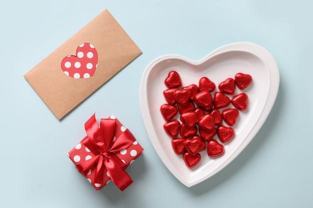 Herz rote süßigkeiten, liebesbrief und geschenk