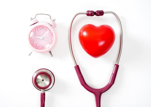 Herz-stethoskop-uhr auf weißem hintergrund