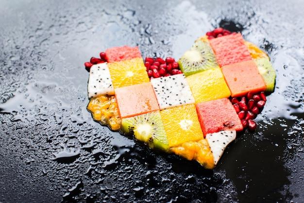 Herz-symbol trägt diät-konzept-lebensmittel-fotografie früchte