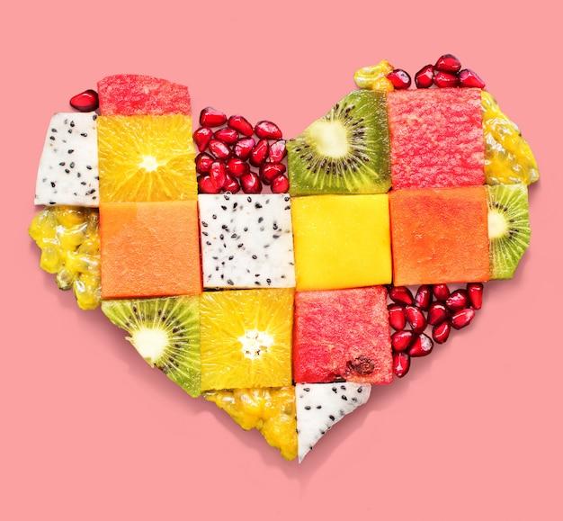 Herz-symbol trägt diät-konzept-lebensmittel früchte