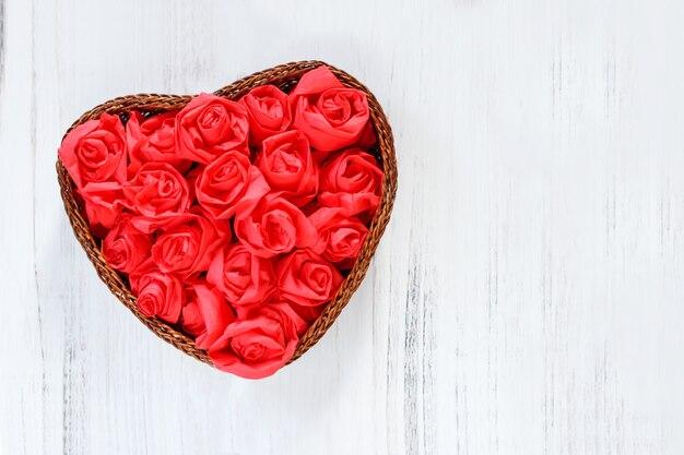 Herz von roten rosen für valentinstag auf hölzernem hintergrund