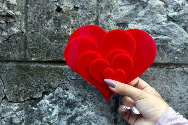 Herzen an der wand