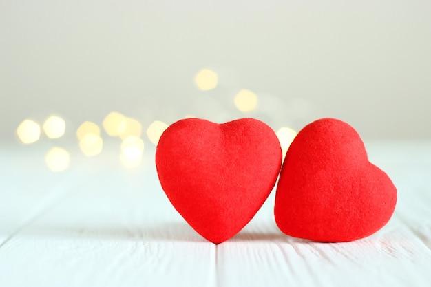 Herzen auf dem hintergrund der lichter einer girlande
