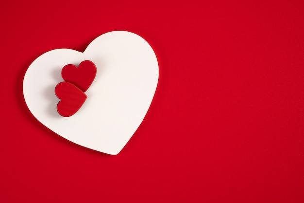 Herzen auf einem roten