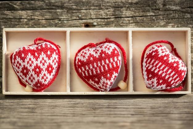 Herzen auf hölzernem hintergrund valentinstag-konzept