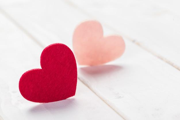 Herzen auf holz, glücklicher valentinstag