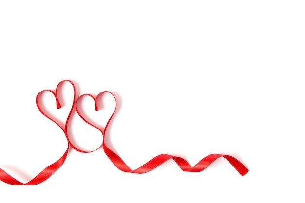 Herzen aus bändern auf weißem hintergrund draufsicht top