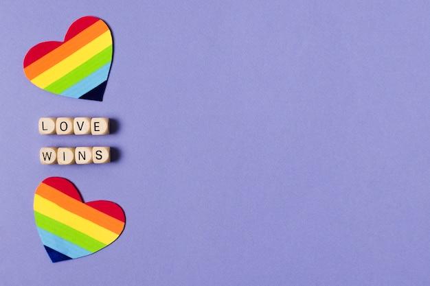 Herzen im regenbogenfarbenkonzept mit kopienraum