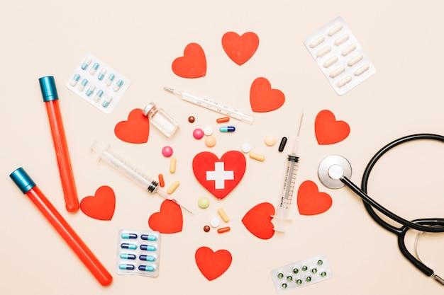 Herzen in der nähe von medizinischen bedarfsartikeln