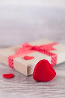 Herzen und geschenk am valentinstag