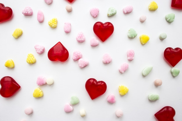 Herzen und süßigkeiten auf weiß