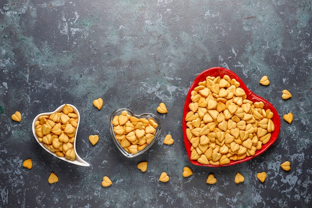 Herzförmige cracker in einer herzförmigen schale.
