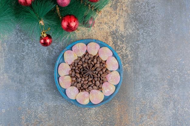 Herzförmige geleesüßigkeiten mit kaffeebohnen und sternanis. hochwertiges foto