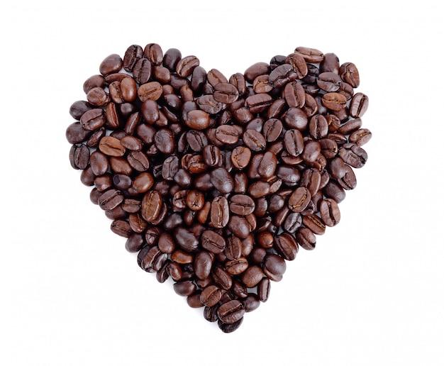 Herzförmige geröstete kaffeebohnen auf weiß