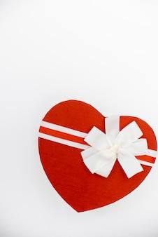 Herzförmige geschenkbox mit einem band.