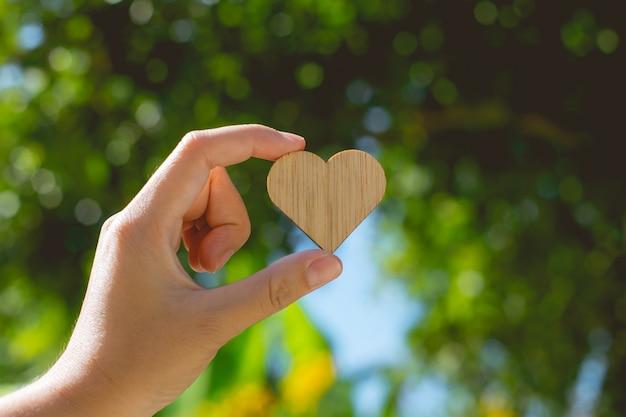 Herzförmige holzplatte mit platz zum schreiben von grußbotschaften
