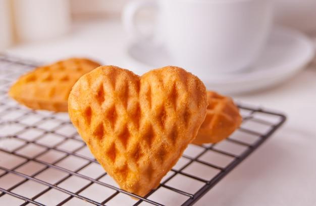 Herzförmige kekse auf dem backblech.