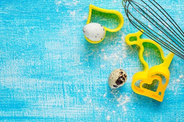 Herzförmige kekse auf einem holztisch und wachteleiern, selektiver fokus.