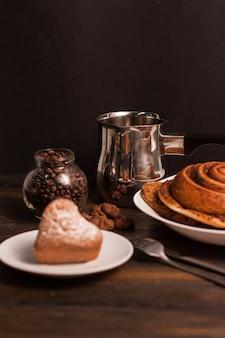 Herzförmige kekse dessert süßigkeiten kaffeemahlzeit frühstück