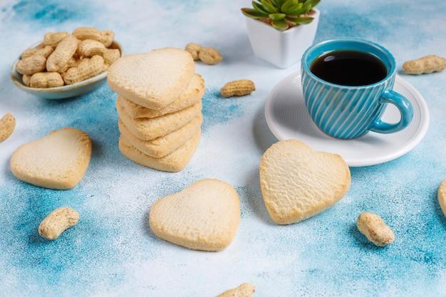 Herzförmige kekse mit erdnuss.