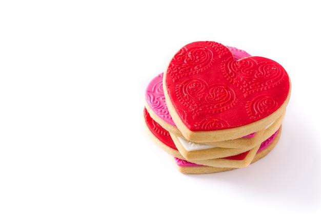 Herzförmige kekse zum valentinstag isoliert.
