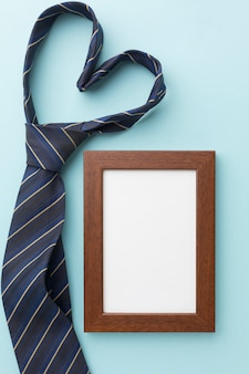 Herzförmige krawatte und rahmen